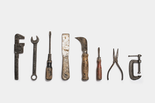 Used tools arranged in a row. Metal rusty and marked implements.の写真素材 [FYI02246292]