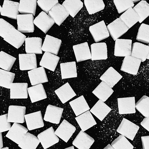 Overhead view of sugar cubes on black backdropの写真素材 [FYI02246296]