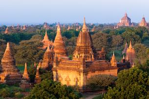 Stupas in the Bagan Archaeological Zone in Bagan, Myanmarの写真素材 [FYI02246331]