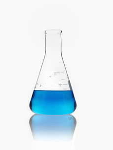 A conical scientific glassware flask partly filledの写真素材 [FYI02246347]