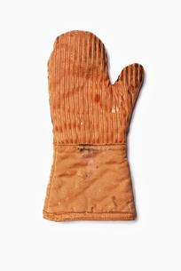 Used Oven Mitt. An orange fabric heat resistant mitt.の写真素材 [FYI02246357]