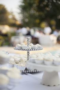 Wedding breakfast table. White table cloth, cake standの写真素材 [FYI02246404]