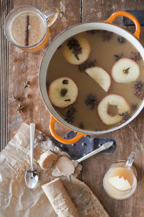 Making a mulled fruit drink. Apples in spices in wineの写真素材 [FYI02246467]