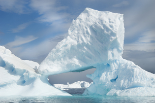 Icebergs  eroded by wind and weather, natural ice arches.の写真素材 [FYI02246503]
