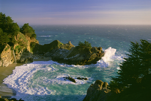The coastline and a horseshoe bay with waves crashing against the rocksの写真素材 [FYI02246531]