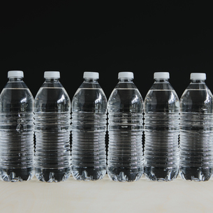 Row of clear, plastic water bottles in a rowの写真素材 [FYI02246560]