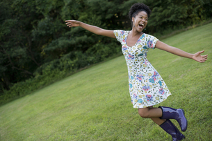 A woman with her arms outstretched, celebrating freedom.の写真素材 [FYI02246567]