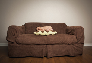 A naked newborn baby lying on his frontの写真素材 [FYI02246605]