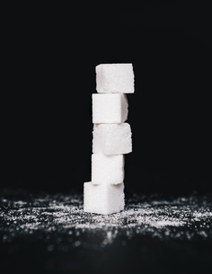 Stack of sugar cubes, balancing one on top the otherの写真素材 [FYI02246723]