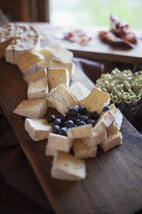 A cheeseboard, with soft cheeses and blueberriesの写真素材 [FYI02246803]