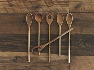 An arrangement of six wooden spoonsの写真素材 [FYI02246865]
