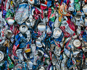 Mass of aluminium cans being processed at a recycling plant.の写真素材 [FYI02247243]