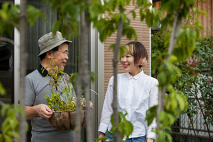 A man and a woman standing in their garden.の写真素材 [FYI02247569]