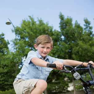 A young boy riding a bicycle.の写真素材 [FYI02247616]