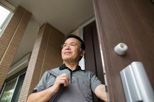 A man standing at his front door.の写真素材 [FYI02247621]