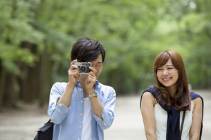A couple, a man and woman in a Kyoto park, side by side.の写真素材 [FYI02247758]