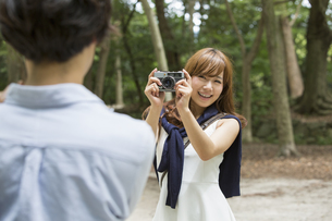 A couple, a man and woman in a Kyoto park.の写真素材 [FYI02247784]