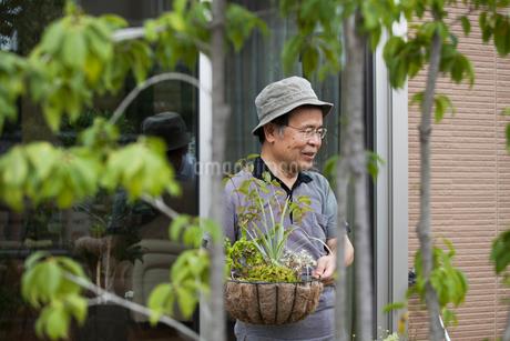 A man standing in his garden.の写真素材 [FYI02247835]
