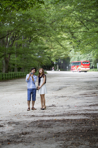A couple, a man and woman in a Kyoto park.の写真素材 [FYI02247862]