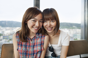 Friends together at home.の写真素材 [FYI02247909]