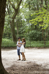 A couple, a man and woman in a Kyoto park.の写真素材 [FYI02247945]