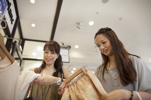 Mother and daughter on a shopping trip.の写真素材 [FYI02247948]