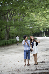 A couple, a man and woman in a Kyoto park.の写真素材 [FYI02248211]
