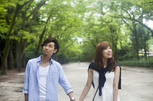 A couple, a man and woman in a Kyoto park.の写真素材 [FYI02248311]