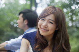 A couple, a man and woman in a Kyoto park.の写真素材 [FYI02248316]