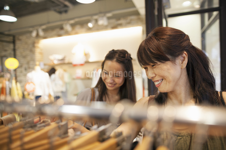 Mother and daughter on a shopping trip.の写真素材 [FYI02248317]