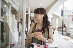 Woman looking at clothing in a shopping mall.の写真素材 [FYI02248326]