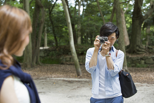 A couple, a man and woman in a Kyoto park.の写真素材 [FYI02248338]