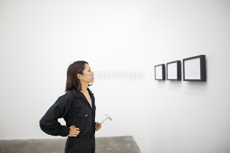 An artist at work in a studio.の写真素材 [FYI02248354]