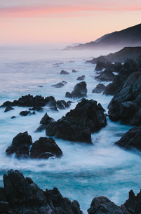 The Pacific Ocean coastline, with waves crashing against the shore.の写真素材 [FYI02248416]
