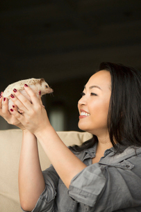 A woman holding a hedgehog in her hands.の写真素材 [FYI02248619]