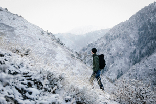 A man hiking through the mountains carrying a rucksack.の写真素材 [FYI02248704]