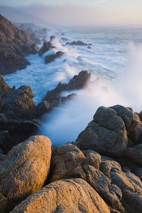 The Pacific Ocean coastline, with waves crashing against the shore.の写真素材 [FYI02248712]