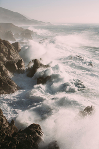 The Pacific Ocean coastline, with waves crashing against the shore.の写真素材 [FYI02248756]