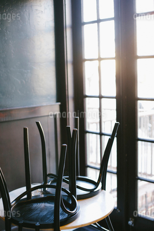 A table in a cafe with the chairs up, at the end of the day.の写真素材 [FYI02248757]