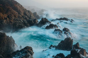 The Pacific Ocean coastline, with waves crashing against the shore.の写真素材 [FYI02248767]