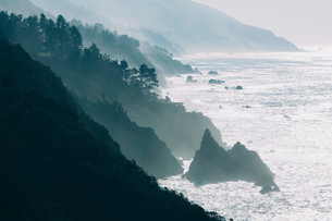 The Pacific Ocean coastline, with waves crashing against the shore.の写真素材 [FYI02248777]