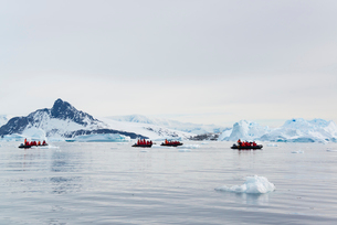 View of groups of people in rubber boats near and iceberg in the Antarctic.の写真素材 [FYI02248858]