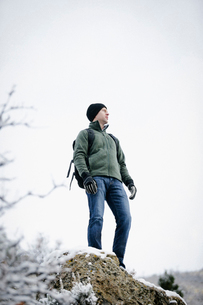 A man wearing a fleece jacket and hat, carrying a rucksack.の写真素材 [FYI02248863]