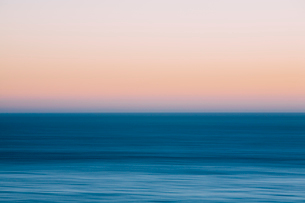 A view out to sea over the Pacific Ocean at dusk. Blurred motion.の写真素材 [FYI02248901]