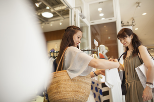Mother and daughter on a shopping trip.の写真素材 [FYI02248926]