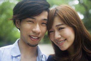 A couple, a man and woman in a Kyoto park.の写真素材 [FYI02248939]