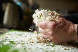 A man mixing flour for fresh pasta.の写真素材 [FYI02248956]