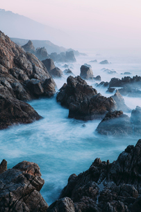 The Pacific Ocean coastline, with waves crashing against the shore.の写真素材 [FYI02249091]