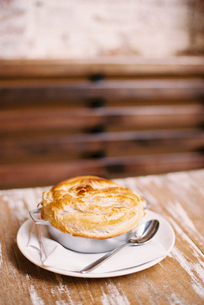 A freshly baked pie with a pastry top on a tableの写真素材 [FYI02249133]