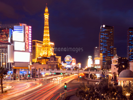 View along the Strip in Las Vegas at night, with the illuminated Paris Las Vegas Hotel and Casino inの写真素材 [FYI02249237]